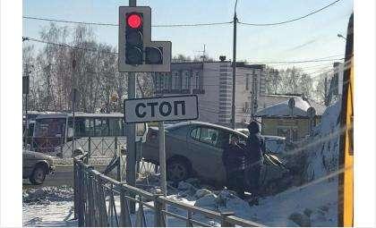 Сбил ограждение трассы и попал в больницу водитель «Тойоты Платц» в Бердске