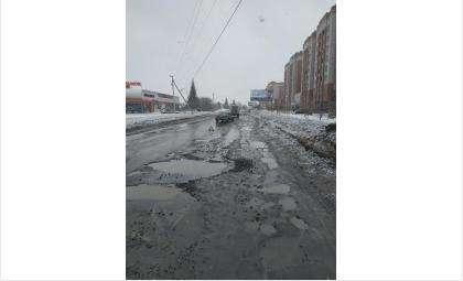 «Тойота Камри» получила повреждения в яме на ул. Боровая в Бердске