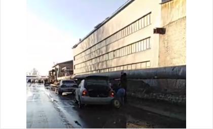 Не менее 5 машин пробили колёса на ул. Комсомольской