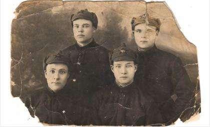 Тимофей Иванович Давыденко - крайний справа в нижнем ряду