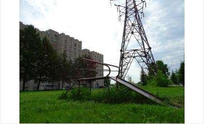 Высоковольтная линия проходит над детской площадкой