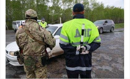 ОМОН Новосибирской Росгвардии и ДПС работали на выездах из Новосибирской области на границе с Алтайским краем