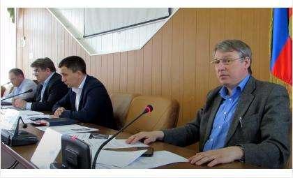 Геннадия Демидова (на переднем плане) не раз вызывали на заседания рабочей группы дольщиков в Бердске