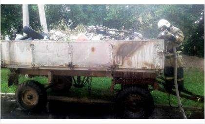 Горящую телегу с мусором тушили пожарные