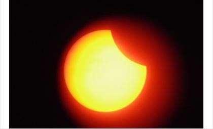 Луна частично закроет Солнце