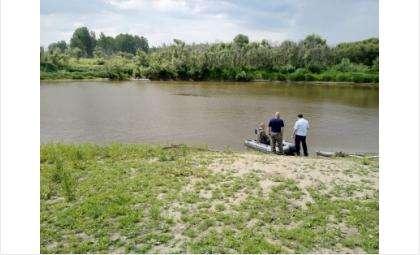На реку прибыли спасатели и правоохранители
