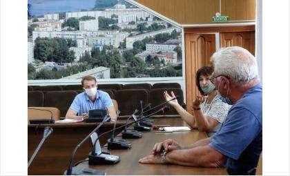 Денис Шалдов (на фото в центре) ответил на вопросы на рабочей группе