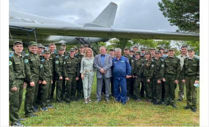 Валерий Поташов и Ирина Диденко поздравили воспитанников сибирского авиационного кадетского корпуса имени А. Покрышкина