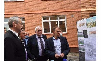 Андрей Травников проконтролировал ход строительства нового детсада и оценил необходимость капремонта школы