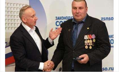 Юбилейную медаль ветеран афганской войны Игорь Тихоненко получил из рук Андрея Панфёрова