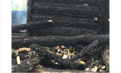 Фото с места происшествия: от дома остались только угли