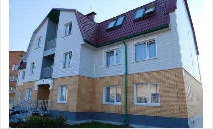 В трехэтажном кирпичном доме – 12 квартир. Рядом - детская игровая площадка