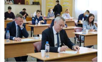 Губернатор принял участие в акции «Диктант Победы» в Новосибирском техническом колледже им. А. И. Покрышкина