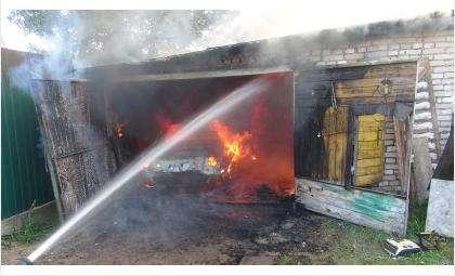 Из-за короткого замыкания проводки сгорел УАЗ в гараже в ГСК «Березка» в Бердске