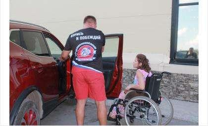 Автоволонтёры помогают маломобильным людям