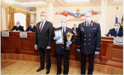 Сергей Миганов (на фото в центре) получил награду для своего коллектива