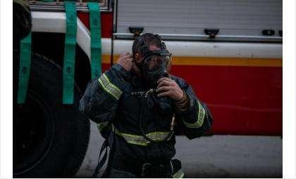 Пожарные вывели людей по незадымляемой лестнице