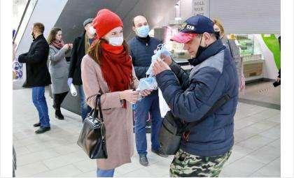 Тем, кто носит маски и перчатки, вручали подарочные значки