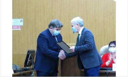 Владимир Голубев вручил сегодня Евгению Шестернину благодарность за работу