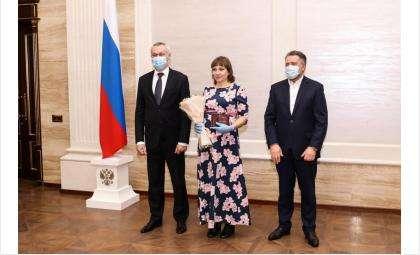 Знаки вручили Андрей Травников и Андрей Шимкив