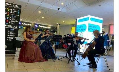 Музыканты филармонии сыграли Бетховена в аэропорту Толмачёво