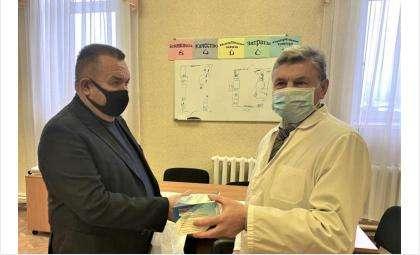 Валерий Ильенко передал средства индивидуальной защиты медработникам в посёлке Колывань