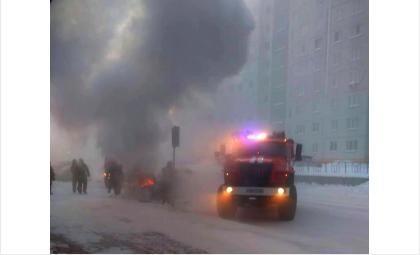 У рынка в Бердске в 38-градусный мороз загорелся «Фольксваген Гольф»
