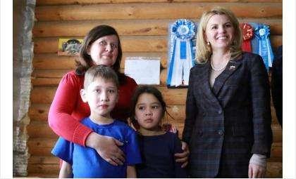 Ирина Диденко (справа) и многодетная семья