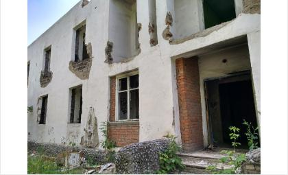 В доме выбиты все окна и двери. Там регулярно собираются бродяги и хулиганы