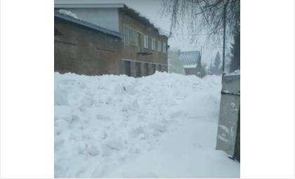 Улица завалена снегом