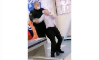 Охранник обращался со школьником так, будто это какой-то опасный рецидивист
