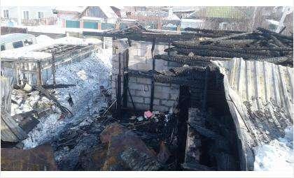 Дом и надворные постройки сгорели полностью