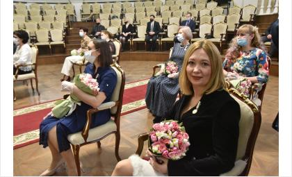 Знаком «За материнскую доблесть» награжденымногодетные мамы в Новосибирской области