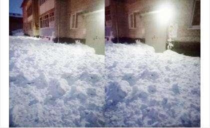 Снег завалил выходы из подъездов