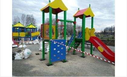 Детскую площадку обустраивают в центральном парке Бердска