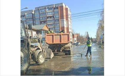 На ул. Свердлова заделывают ямы
