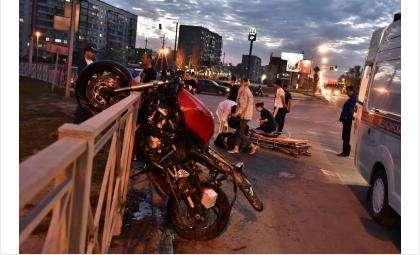 Мотоцикл врезался в иномарку и повис на ограждении у вокзала в Бердске