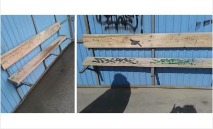 """На остановке """"Кабачок"""" с прошлого года сломана скамейка"""