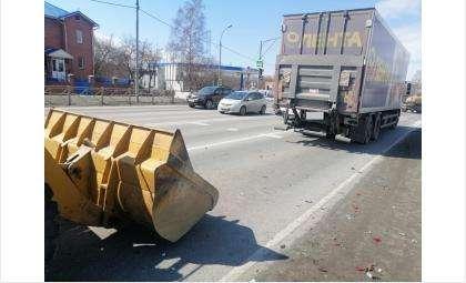 Погрузчик врезался в стоявшую на светофоре фуру МАН в Бердске