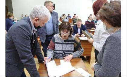 Марина Щербенева (на фото в центре) - председатель ОП Бердска