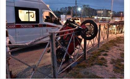 После столкновения с иномаркой мотоцикл налетел на ограждение