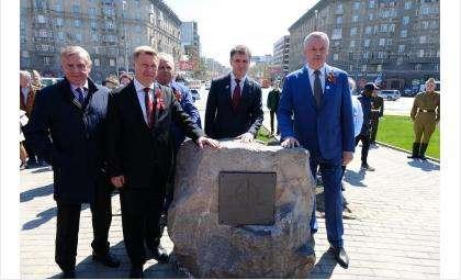 Заложен первый камень стелы «Новосибирск — город трудовой доблести»