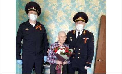 Фронтовика Михаила Алексеевича Краснова (в центре) поздравили с Днем Победы