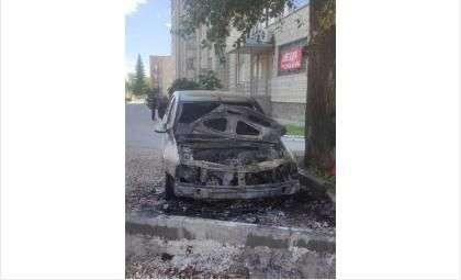 У автомобиля полностью выгорел моторный отсек