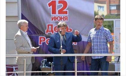 Медаль вручил мэр Бердска Евгений Шестернин