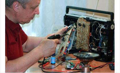 Олег Щербаков увлеченно восстанавливает старую аппаратуру БРЗ