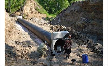 Уже уложена водопропускная труба под дорогой