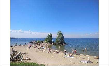 В жаркую погоду пляжи переполнены