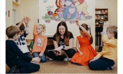 Дети могут сидеть как за партами, так и на полу