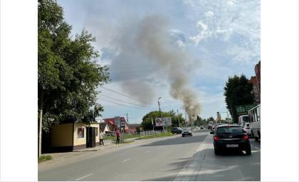 Дым от пожара видно с дороги